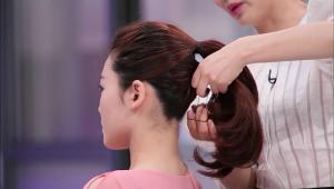 2) 먼저 윗 머리를 한 가닥으로 묶어준 뒤 위에 묶은 헤어와 살짝 간격을 두고 아랫부분 헤어를 묶어주세요. 묶은 헤어에 볼륨감을 주는 방법이에요!