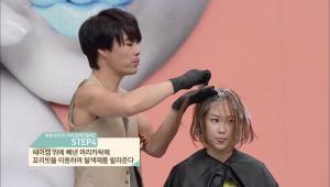 4. 헤어캡 위에 빼낸 머리카락에 꼬리빗을 이용하여 탈색제를 발라주세요. <br><br><b>TIP</b> 탈색제를 바르고 머리카락을 돌려주면 머리카락 안쪽에 탈색제가 안 묻어있던 부분까지 고르게 발라져요