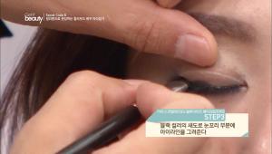 3. 블랙 컬러의 섀도로 눈꼬리 부분에 아이라인을 그려주세요.