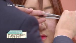 2. 좁게 설정한 앞머리를 모아서 눈 위치만큼 잘라주세요.