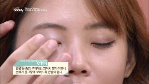 1. 펄을 눈 중앙부위에만 얹어서 눈매가 동그랗게 보이도록 만들어 주세요.