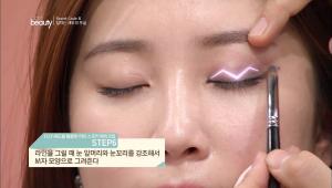 6. 라인을 그릴 때 눈 앞머리와 눈꼬리를 강조해서 M자 모양으로 그려주세요.