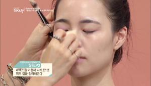 3. 라텍스를 이용해 다시 한 번 피부 결을 정리해주세요.<br><br><b>TIP</b> 라텍스로 피부 결을 정리하면 많은 양의 파운데이션을 정리 해 주고 피부의 밀착력을 높여줘요!
