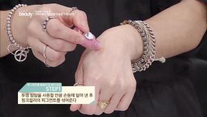 1. 투명 립밤을 사용할 만큼 손등에 덜어낸 후 핑크 컬러의 피그먼트를 섞어주세요.