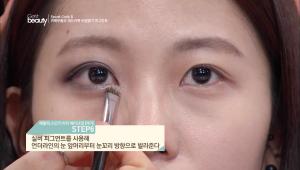 6. 실버 피그먼트를 사용해 언더라인의 눈 앞머리부터 눈꼬리 방향으로 발라주세요.<br><br><b>TIP</b> 화이트 & 실버 컬러의 피그먼트를 활용하면 언더 중앙이 자연스럽게 스머지 된 효과를 만들 수 있어요.