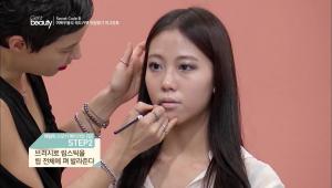 2. 브러시로 립스틱을 립 전체에 펴 발라주세요.