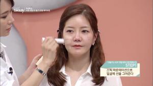 1. 스틱 파운데이션으로 얼굴에 선을 그어주세요.