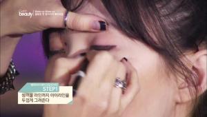 1. 퍼플 컬러의 펜슬 아이라이너를 사용해서 쌍꺼풀 라인까지 아이라인을 두껍게 그려주세요.<br><br><b>POINT</b> 눈 앞머리부터 눈꼬리까지 두껍게 라인을 그려주세요.
