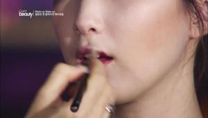 2. 아이섀도 브러시를 사용하여 립스틱을 블랜딩 해주세요. <br><br><b>TIP</b> 립스틱을 바를때 아이섀도우 브러시를 사용하면 립스틱의 매트한 텍스처를 자연스럽게 표현할 수 있어요.