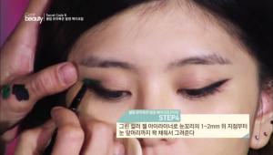 4. 그린 컬러 젤 아이라이너로 눈꼬리의 1~2mm 위 지점부터 눈 앞머리까지 꽉 채워서 그려주세요. <br><br><b>TIP</b> UV 제품을 바르기 전 같은 컬러의 젤 아이라이너를 먼저 사용하면 발색력을 높일 수 있어요.