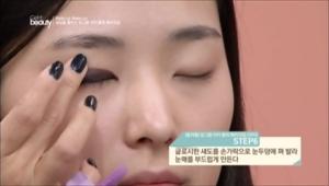 6. 글로시한 섀도를 손가락으로 눈두덩에 펴 발라 눈매를 부드럽게 만들어주세요. <br><br><b>TIP</b> 손등 위에 골드 젤 펜슬 라이너를 그리고 일반 립밤을 섞어주면 글로시한 제형의 섀도 완성!