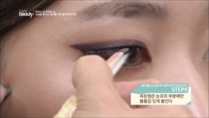 9. 속눈썹은 눈꼬리 부분에만 볼륨감 있게 붙여주세요.
