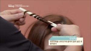 2. 머리카락을 나무젓가락 끝까지 밀어 넣은 후 말아주세요.