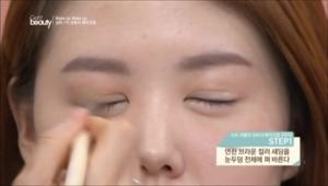 1. 연한 브라운 컬러 섀딩을 눈두덩 전체에 펴 발라주세요.