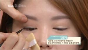 4. 속눈썹 사이사이 점막을 채워 준 후 눈꼬리 아이라인은 사선으로 길게 그려주세요.