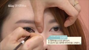 7. 눈 앞머리를 손으로 살짝 당겨 빈 공간이 있는 점막에 아이라인을 그려주세요.