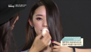 1. 옐로 톤의 파운데이션으로 입술의 색감을 다운시켜주세요.