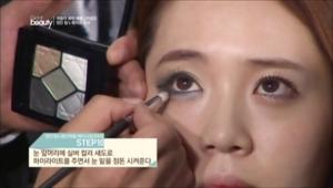 10. 눈 앞머리에 실버 컬러 섀도로 하이라이트를 주면서 눈 밑을 정돈 시켜주세요.
