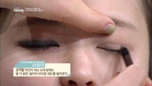 3. 쌍꺼풀 라인이 되는 눈두덩에는 좀 더 밝은 컬러의 브라운 섀도를 발라주세요.