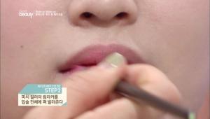2. 피치 컬러의 립 라커를 입술 전체에 펴 발라주세요.