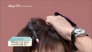 3. 뒷머리를 구기듯 잡아서 드라이기로 열을 주세요. <br><br><b>TIP</b> 윗머리를 구길 때는 앞 방향으로 열을 가한 후 머리카락을 뒤로 접어주세요. 윗머리를 앞쪽으로 모아 올려주는 것이 Point에요.