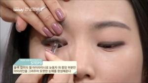 3. 블랙 컬러의 젤 아이라이너로 눈동자 위 중앙 부분만 아이라인을 그려주어 또렷한 눈매를 완성해주세요.