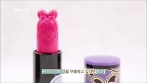 특히 립스틱에는 미니마우스의 얼굴이 새겨져 있는데요. 핑크와 레드, 두 가지 키트로 구성되어 있어 사랑스러운 룩을 연출하고 싶다면 핑크, 섹시한 룩을 표현하고 싶다면 레드를 선택할 수 있어요.