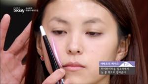 5. 평면 얼굴에 입체감을 주기 위해 하이라이터를 눈꼬리에서 입꼬리 방향으로 발라주세요.
