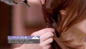 머리를 묶은 끈을 기준으로 윗부분 머리카락을 반을 갈라 양옆으로 벌린 후 그 사이로 아래 머리카락을 안에서 밖으로 빼주세요.