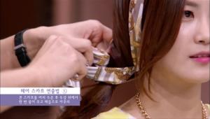 그 다음 스카프를 꼬아 머리에 두른 후 두상 두에서 한 번 묶어 주고 매듭으로 마무리해주세요.