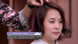 게다가 핑크 색상의 헤어초크를 사용해 헤어스타일링의 포인트를 줄 수 있는데요. 머리를 한 가닥 잡고 헤어초크를 대고 문질러 발색시키면 완성! <br><br><b>TIP</b> 헤어초크는 겉 머리에 사용하면 헤어초크가 닿는 부분에 경계가 져서 인위적인 느낌이 들기 때문에 안쪽 머리에 사용해 주세요!