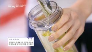 1. 껍질째 씻은 사과 1/2, 밀가루 2큰술, 꿀 1큰술을 섞어 믹서기로 갈아내주세요.