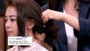 2. 묶은 윗부분을 반으로 가르고 그 틈으로 남은 머리카락을 넣어주세요.