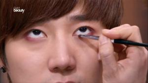 3. 눈매를 강조하기 위해 버건디 포인트 컬러로 점막과 언더라인을 채워주세요.