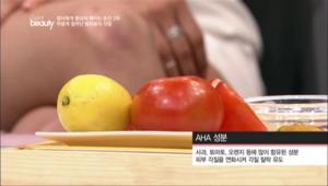 토마토나 레몬을 이용하면 손쉽게 발각질을 제거할 수 있는데요, <br>토마토나 레몬에 있는 과일산 AHA 성분이 각질을 없애주는 효과가 있어요.