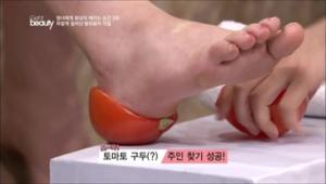 소금을 뿌린 토마토를 발 뒤꿈치에 딱! 끼워주세요. 끼워두고 2,30분 후에 빼면 각질이 말끔하게 제거되어 있어요.