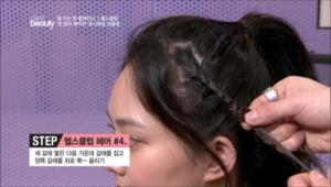 2. 포인트 머리를 세 갈래로 땋은 다음 가운데 갈래를 잡고 양쪽 갈래를 위로 쭉 올려주세요.
