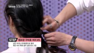 5. 남은 머리는 반대 방향으로 돌려 묶은 머리 쪽에 넣고 실핀으로 고정시켜주세요.