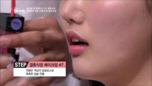 7. 연붉은 색상의 립글로스로 촉촉한 입술을 연출해주세요.