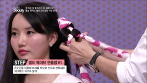 1. 손수건을 이용해 머리를 밖으로 안으로 반복해서 지그재그 식으로 땋아주세요.