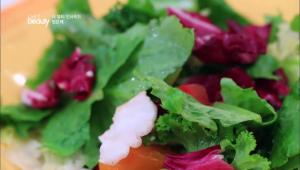 두 번째 뷰티 팁은 드레싱 없는 샐러드에요! <BR> 의식적으로 채소 맛을 음미하면서 먹으면 건강해지기도 하고, 칼로리 걱정도 없다는 사실!