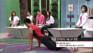 팔꿈치를 펴면서 머리와 어깨를 들어 올리고 자세를 유지해주세요. <br><br><b>TIP</b> 무릎을 바닥에서 떼고 하면 효과 UP!