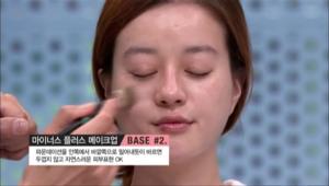 파운데이션을 안쪽에서 바깥쪽으로 밀어내듯이 바르면 두껍지 않고 자연스러운 피부표현이 가능해요. <br><br><b>TIP</b> 투명한 피부 연출에는 나노 입자처럼 고운 텍스쳐의 파운데이션 제품을 선택!!