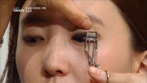 눈꼬리를 강조하기 위해 눈 끝 부분의 속눈썹을 미니 뷰러를 사용해 바짝 올려주세요.