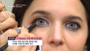 언더는 뒤쪽 바깥 부분 점막을 채워 눈매를 시원하게 만들어 주세요. <br><b>TIP</B> 안쪽 점막부터 블랙으로 채우면 칸막이가 생겨 눈이 작아 보일 수 있어요.