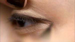 미세한 펄감이 있는 아이라이너로 눈 끝에서 4mm정도 꼬리를 빼서 그려주세요