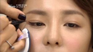 눈 끝에 살짝 꼬리를 그려주는 아이라인이에요. 눈매 교정효과와 함께 동안 눈매를 완성 할 수 있는 꼬마눈꼬리에요. 눈꼬리가 끝나는 지점부터 역삼각형 모양으로 그려주세요.