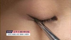 섀도에 물을 묻혀 아이라이너로 사용해주세요. <br>눈동자가 없는 눈 앞머리 부분에 라이너를 그려주고, 눈꼬리 부분을 V라인 형태로 그려주세요.