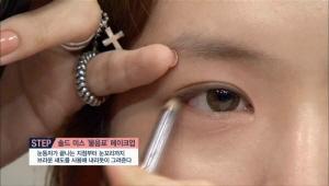 눈매의 옆선 하나로 이미지 변신이 가능해요. <br>눈동자가 끝나는 지점부터 눈꼬리까지 브라운 섀도를 사용해 내리듯이 그려주세요.
