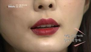 립 컬러를 오래 지속시켜주는 립탑코트를 발라주세요.